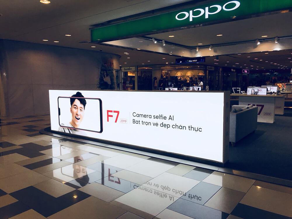 Quảng cáo hãng điện thoại trong trung tâm thương mại