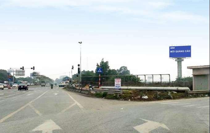 Bảng quảng cáo tấm lớn nằm ở vị trí ngã tư cao tốc Nội Bài