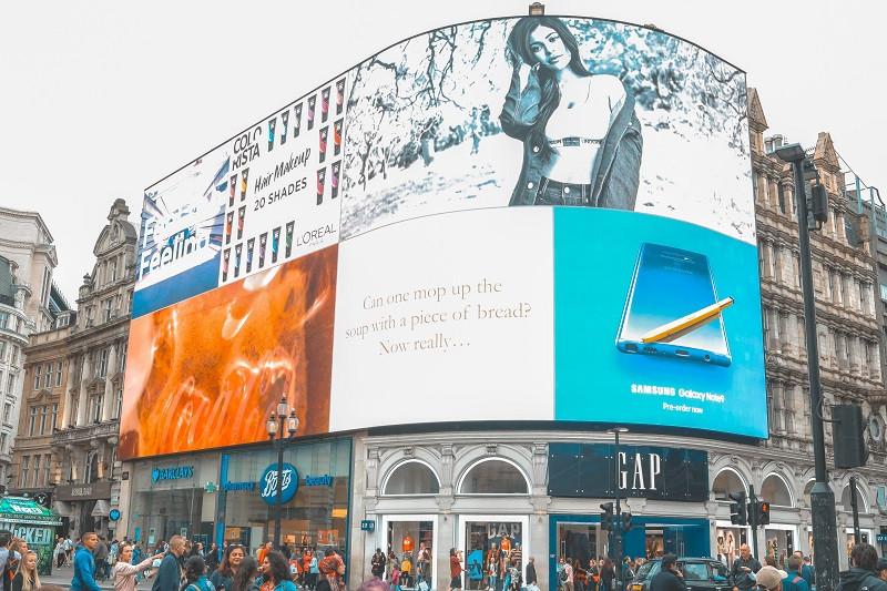 màn hình led quảng cáo được thiết kế với diện tích lớn giúp khách hàng dễ tiếp cận được những sản phẩm.