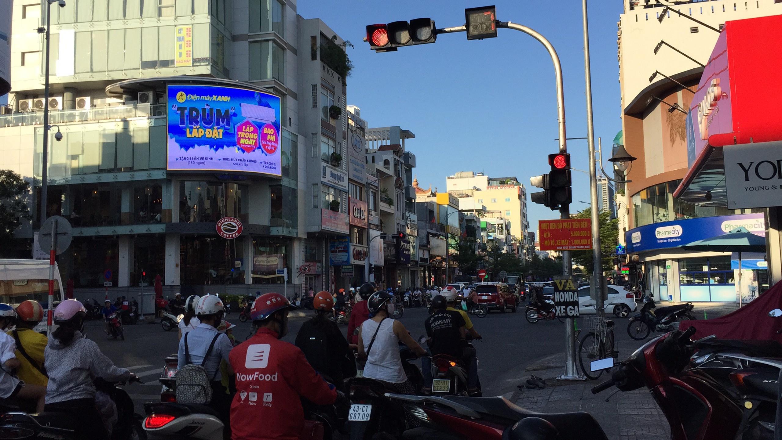 quảng cáo điện máy xanh màn hình led nội đô